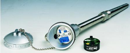 摘要:装配式一体化温度变送器是在装配式热电偶热电阻的接线盒内装入二线制温度变送器后构成。由于它 采用装配式普通防水接线盒,所以不能用于防爆场合或有较强震动的环境,但它既有装配式热电偶热电阻价格低廉的优点,又有一体化温度变送器能远距离输出4~20㎃.DC信号,抗干扰信号强和安装维护方便等优点,适于中小企业或非关键部位的温度测量.